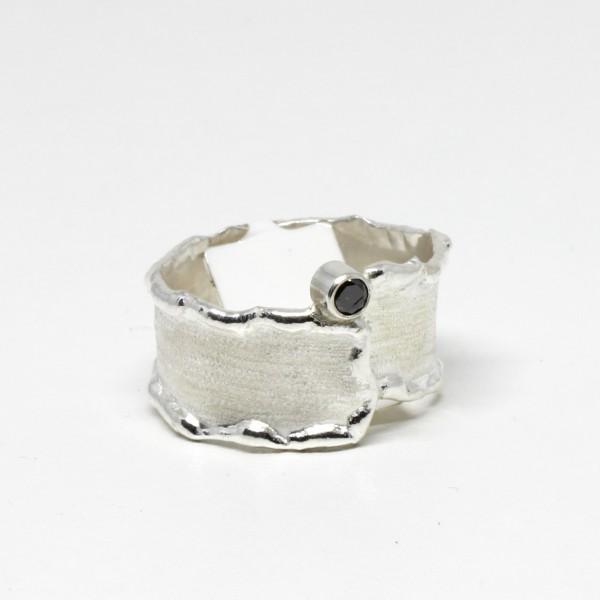 Silberring mit schwarzem Diamant mattiert