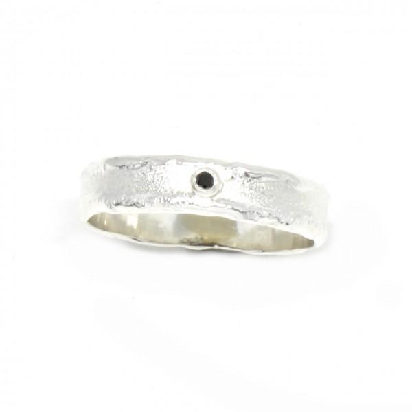 Silberring mit kleinem schwarzem Diamant